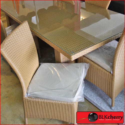 Poly Rattan Light Brown 6 Seater Dining Suite includes: - 6 chairs with cushions - dining table with glass top